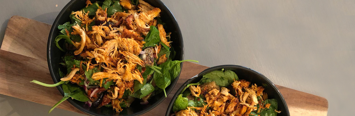 Eiwitrijke salad bowl met pulled chicken